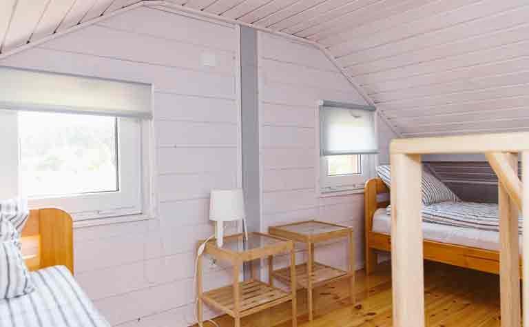 Unter dem Dach vom Bungalow - das dritte Schlafzimmer im Ferienhaus an der Ostseeküste hat 2 Betten