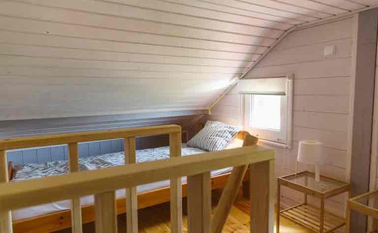Von der Sonne wachgekuesst - Einzelbett am Fenster vom Ferienhaus