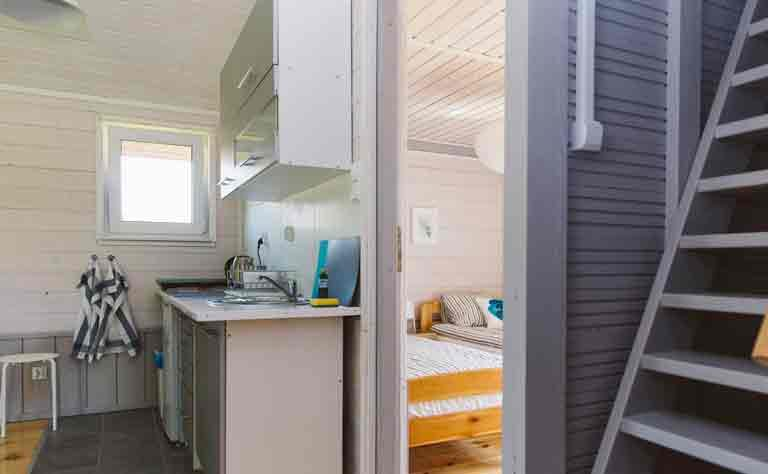 Blick von der Küchenzeile in das anschliessende Schlafzimmer vom Bungalow am See