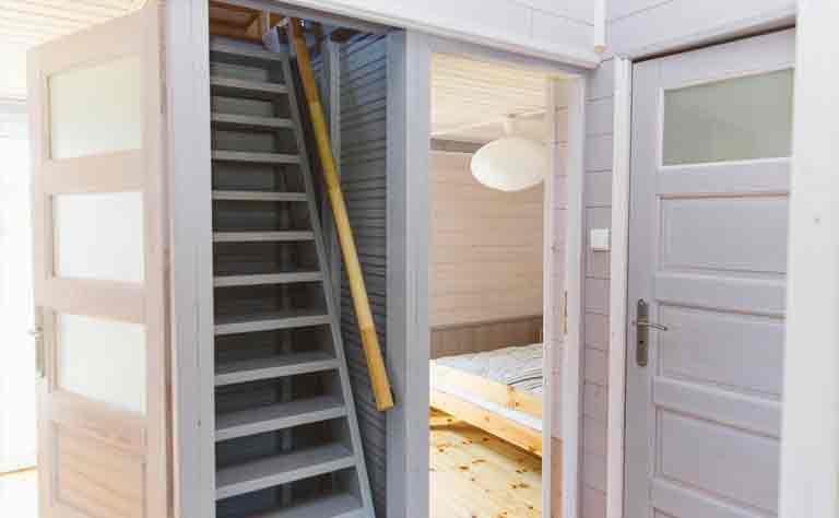 Das dritte Schlafzimmer vom Bungalow erreichen Sie über eine Treppe