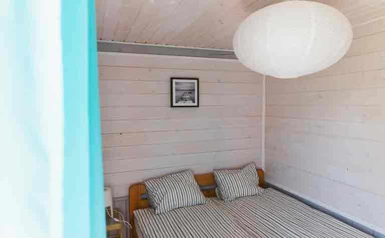 Schlafzimmer mit Doppelbett im Ferienhaus in Polen