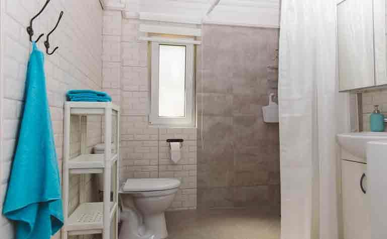 Badezimmer mit Dusche und WC - Handtuecher liegen aus