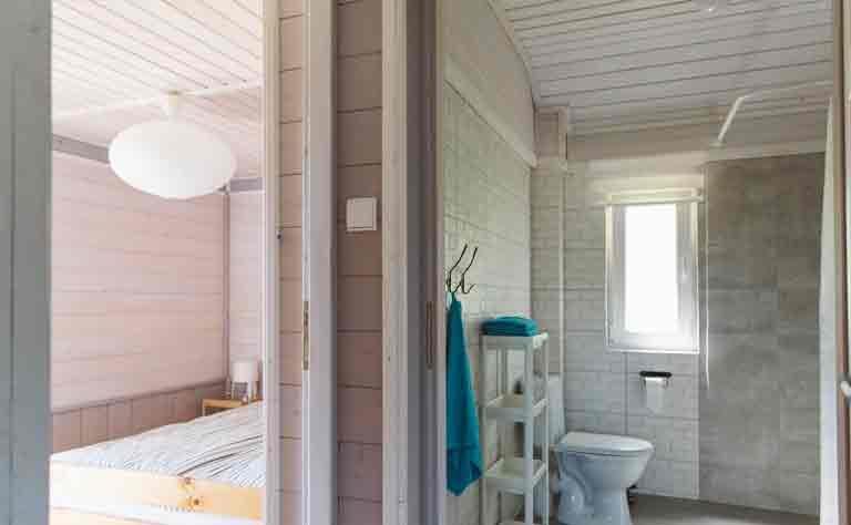 Badezimmer und Schlafzimmer im Ferienhaus am Sarbsko in Pommern