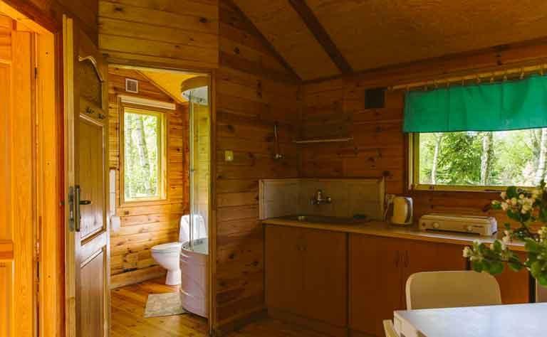 Badezimmer mit Dusche und WC, Kuechenzeile fuer den Urlaub an der polnsichen Ostseekueste