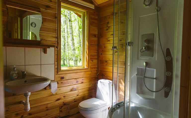 Toilette und Dusche im Ferienhaus an der polnischen Ostsee