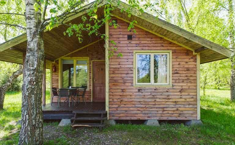 Holzhaus am See fuer den Urlaub in Polen - ueberdachte Terrasse von Haus B