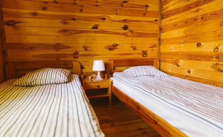 Zwei fertig bezogene Einzelbetten im Schlafzimmer vom Ferienhaus in Polen
