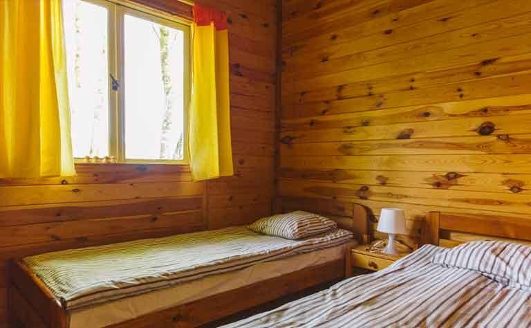 Schlafzimmer mit zwei Einzelbetten - Bettwaesche ist vor Ort