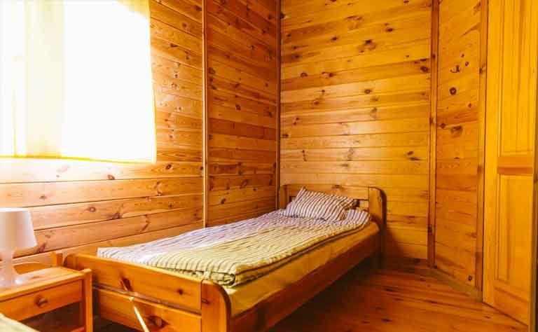 Sonne bescheint ein Einzelbett im Ferienhaus am Sarbsko