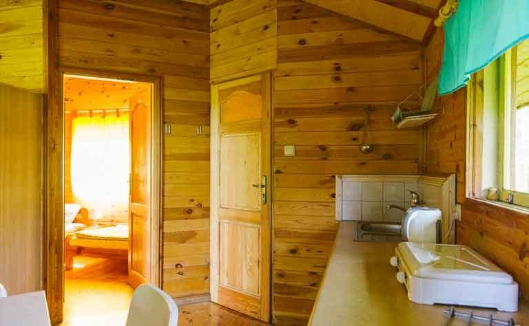 Im Ferienhaus in Polen - Blick von der Kuechenzeile zum Schlafzimmer