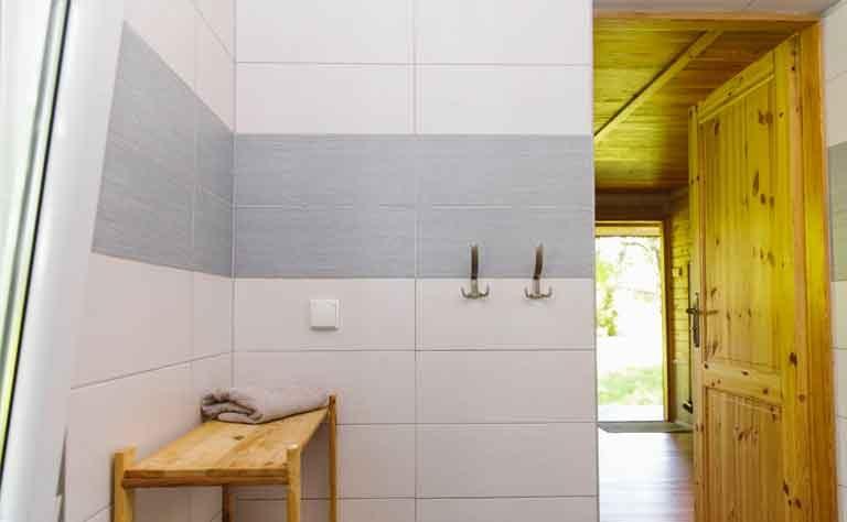 Abstellflaeche im Badezimmer von Haus C - Handtuecher liegen aus