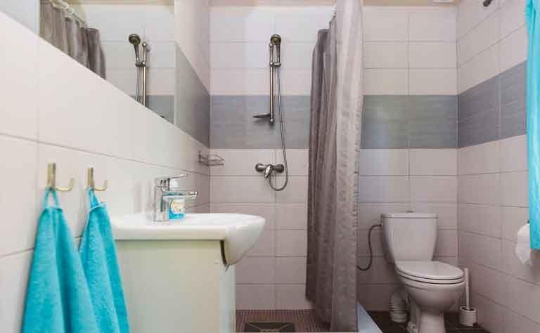 Waschbecken, Dusche und WC im Ferienhaus am See