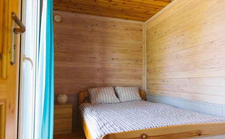 Schlafzimmer mit Doppelbett fuer den Familienurlaub an der Ostsee in Polen