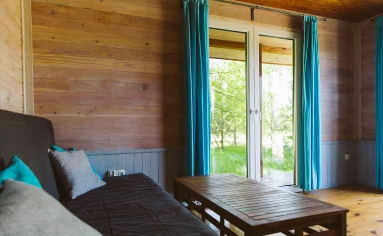 Ausblick ins Gruene vom Sofa im Wohnbereich vom Ferienhaus in Polen