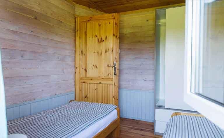 Schlafzimmer mit 2 Einzelbetten und Schrank im Ferienhaus C