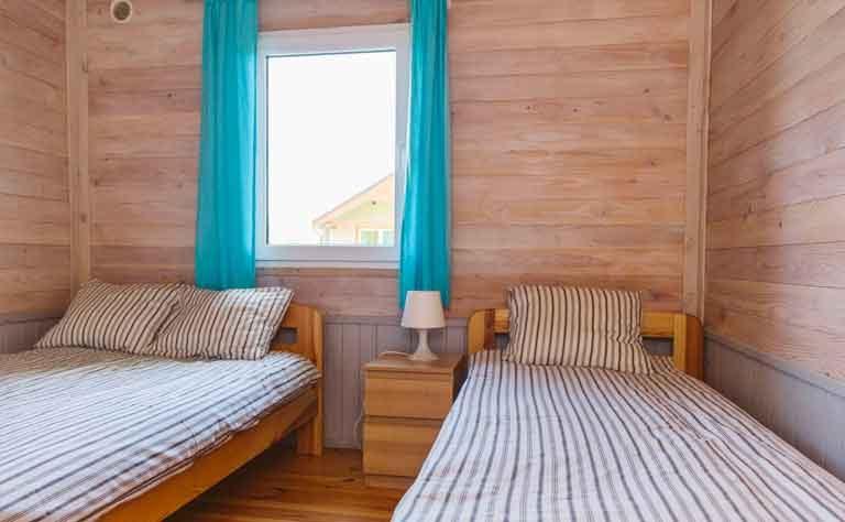 Schlafzimmer mit zwei frisch bezogenen Einzelbette - Bettwaesche muss nicht mitgebracht werden