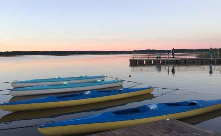 Paddelboote im Abendrot - am Steg vom Sarbsker See, Pommern