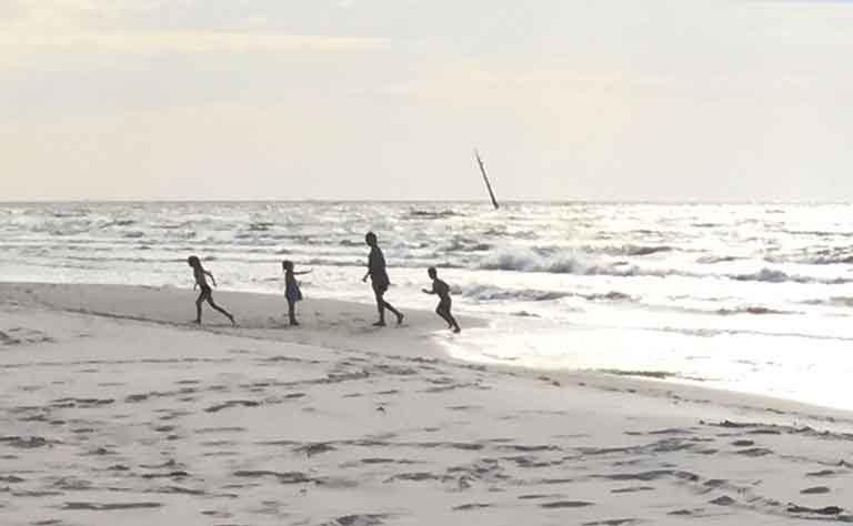 Familie im Urlaub am weissen Strand von der polnischen Ostsee
