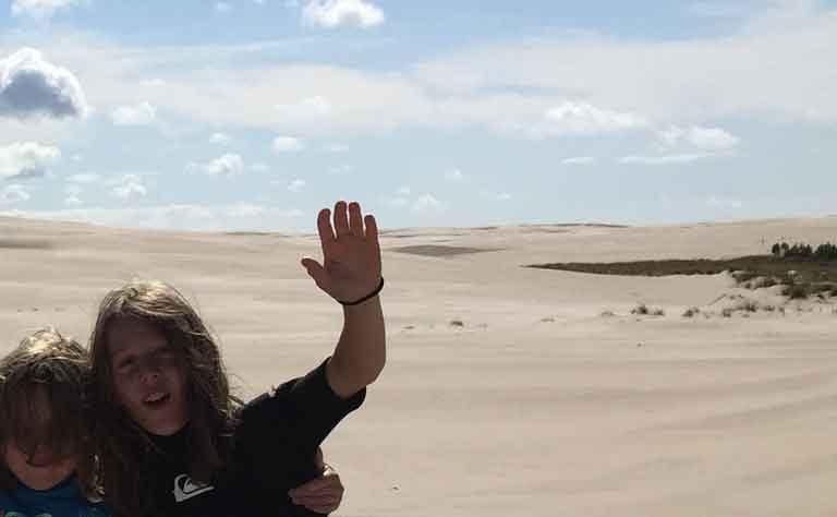 Sand so weit das Auge reicht! Kinder auf der Lontzkeduene, der groessten Wanderduene Europas, ganz nah an den Habenda-Houses