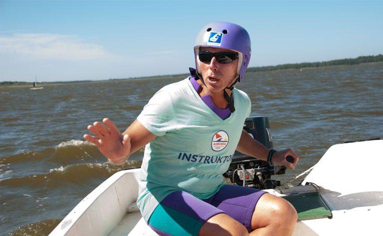 Mit dem Motorboot werden Windsurfer, die Hilfe benötigen, schnell erreicht.