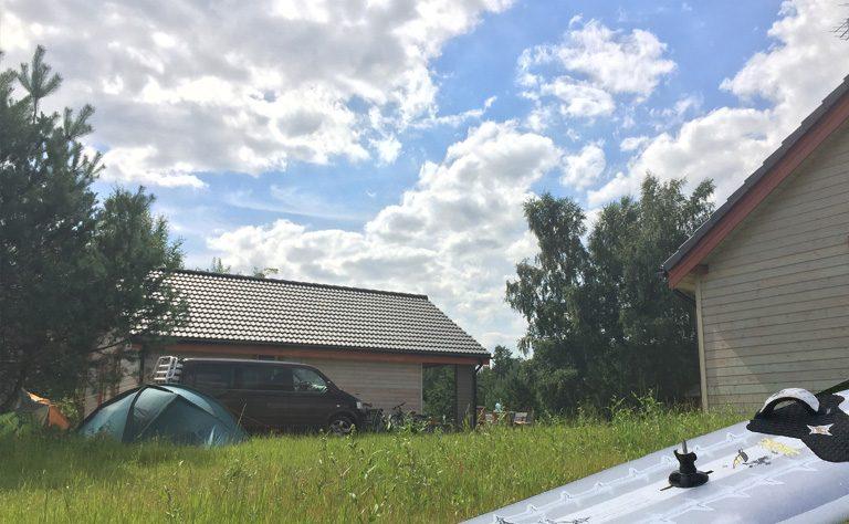 Material zum Windsurfen sicher vor dem Ferienhaus an der See lagern